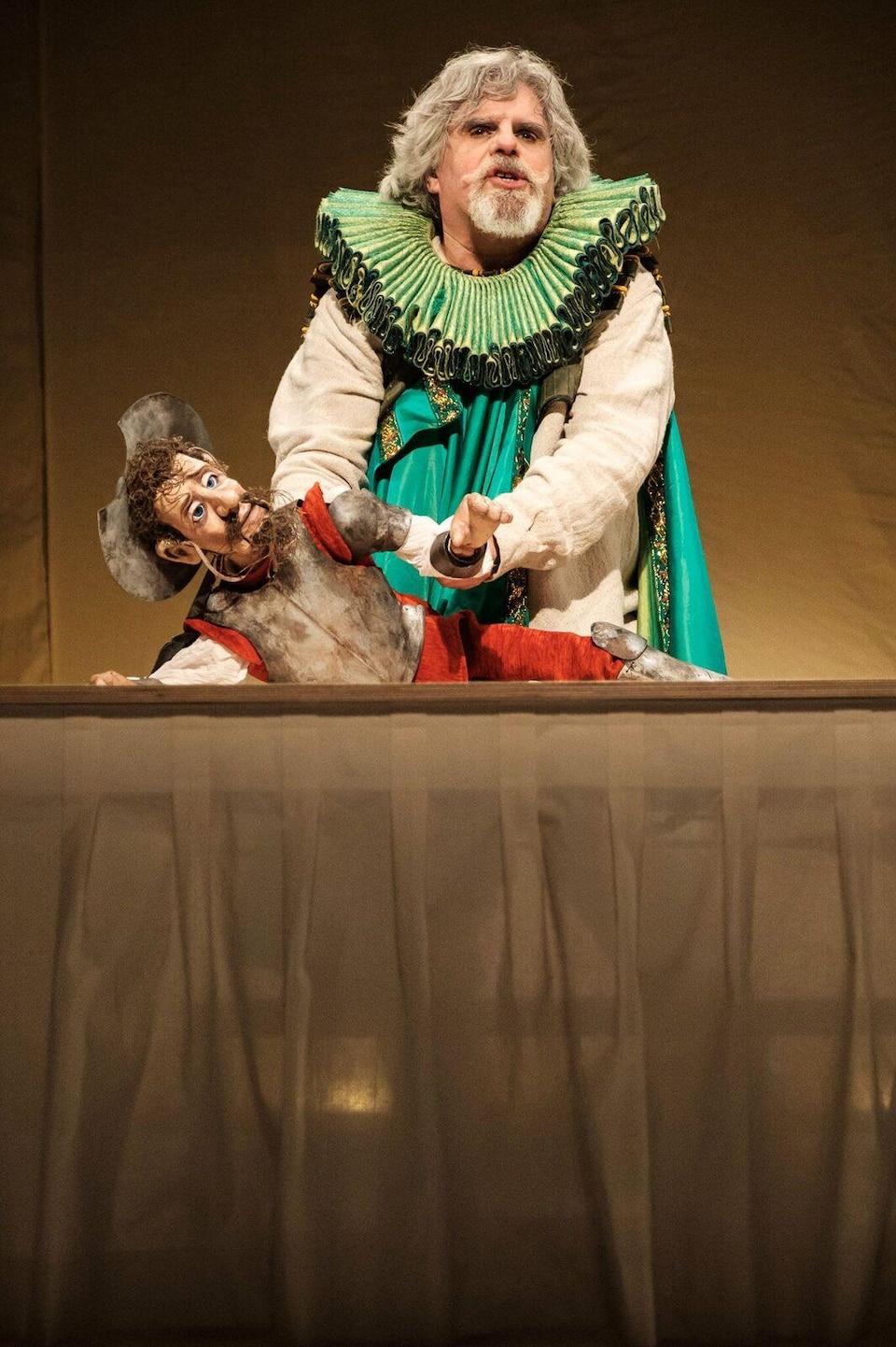 Pierre Robitaille, Les véritables aventures de Don Quichotte de la Mancha, 2016 L'acteur déguisé en Don Quichotte manipule une marionnette représentant Don Quichotte.