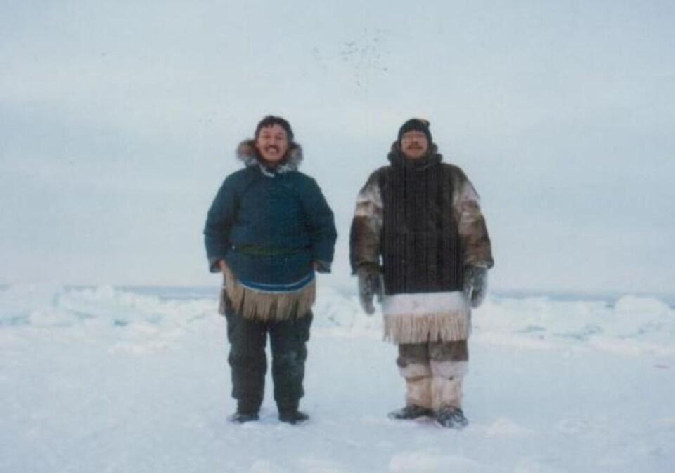 Deux autochtones du Nunavut posent sur une photo.