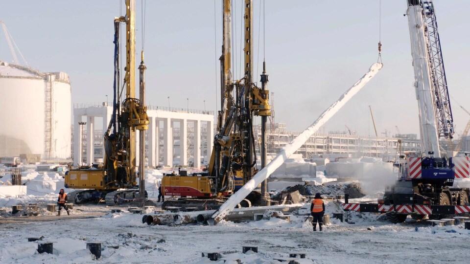 Des piliers, des grues, un réservoir et des travailleurs à Sabetta.