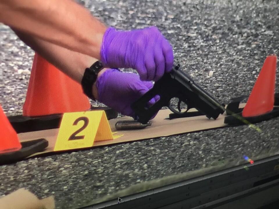 L'arme du suspect retrouvée sur la scène du drame.
