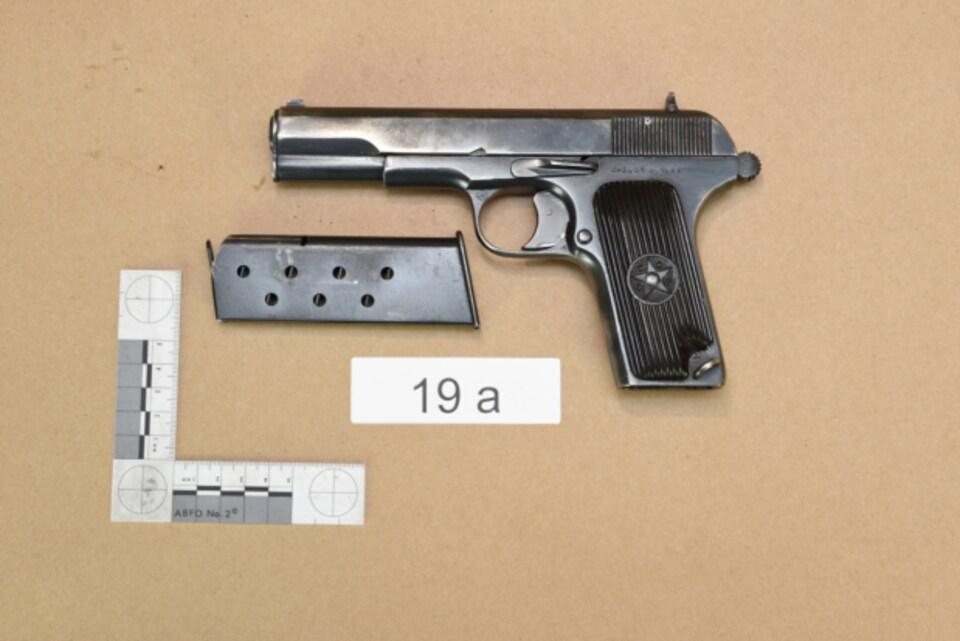 Un pistolet noir Tokarev de calibre 22.