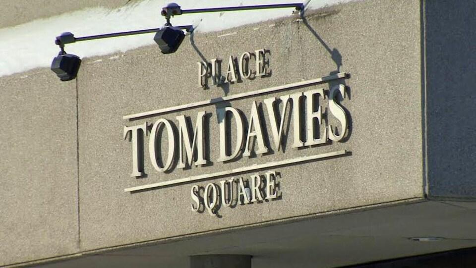 Enseigne de la Place Tom Davies à Sudbury.
