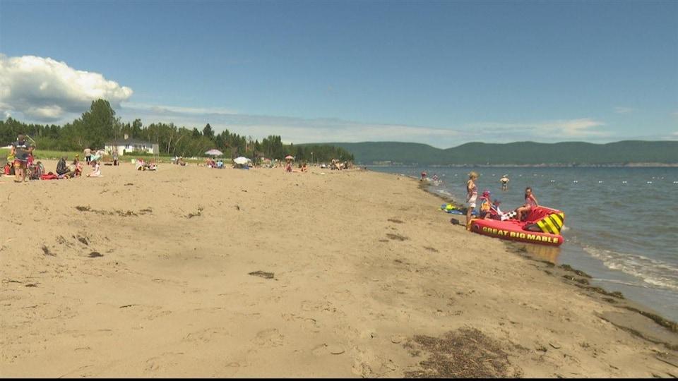 De nombreuses personnes se baignent à la plage Haldimad, à Gaspé.