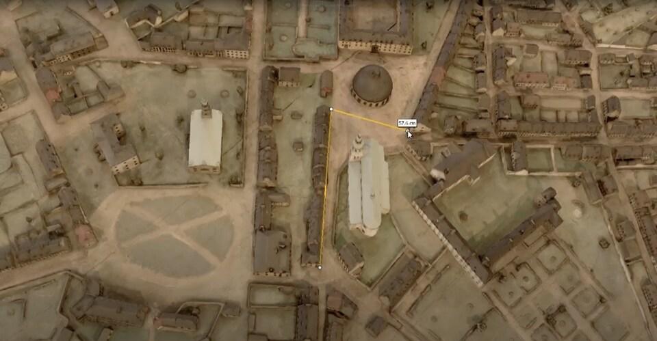 On voit une prise de mesures entre deux bâtiments sur le clone numérisé du plan-relief.