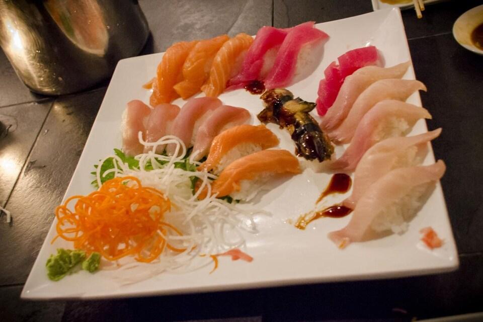 Étiquette japonaise : des sushis sur une assiette