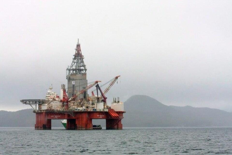 Une plateforme de forage de l'entreprise Statoil est en mer.