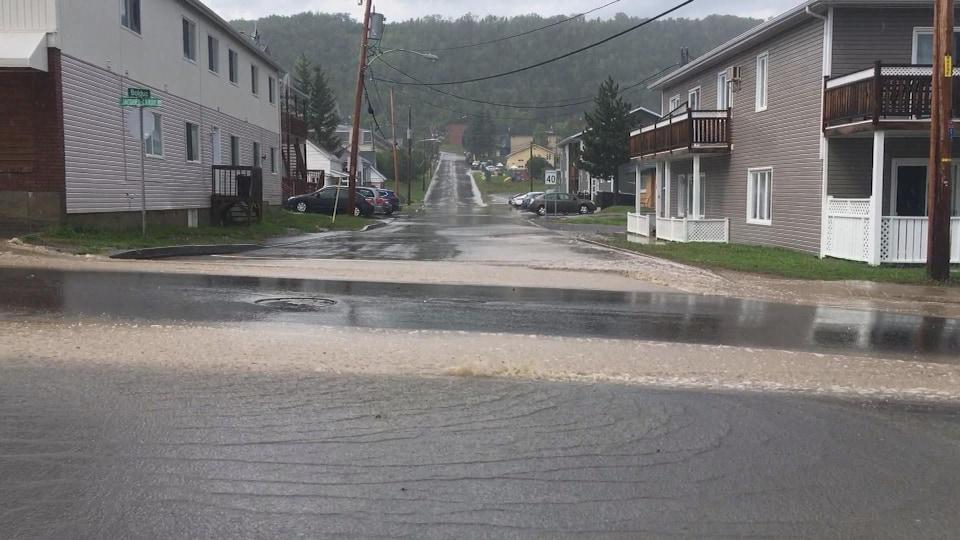 Les rues de Gaspé sont inondées