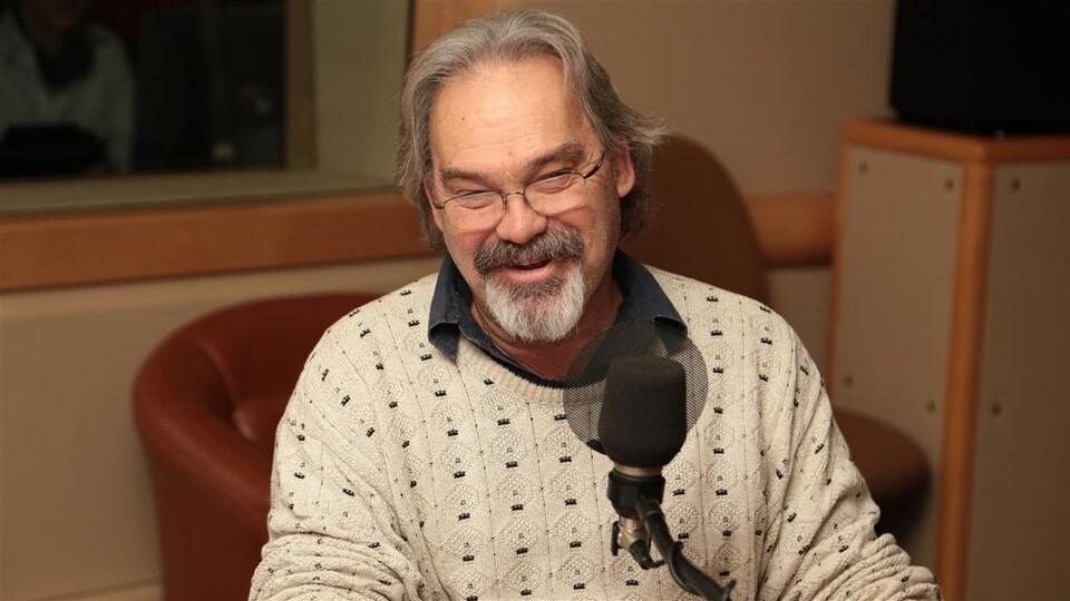 Jean-Marc Dalpé devant un micro.