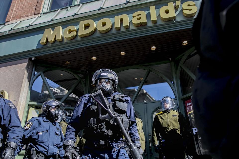 Des policiers, dont un lourdement armé, étaient devant le McDonald's de la rue Saint-Jean samedi.