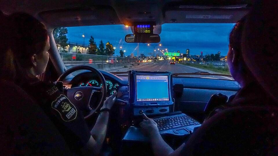 Les policières Cyndi Paré et Julie Marcotte prennent place dans une voiture de patrouille du Service de police de la Ville de Québec