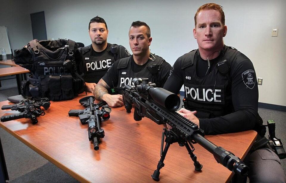Des policiers et des fusils sur une table