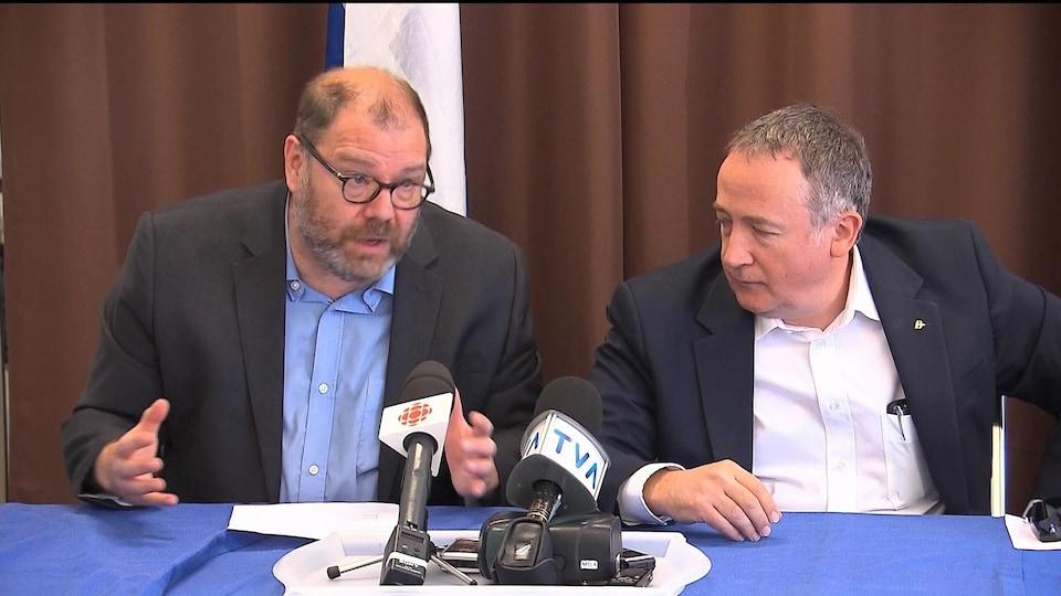 Le député et président du Bloc québécois, Mario Beaulieu (gauche), en conférence de presse.