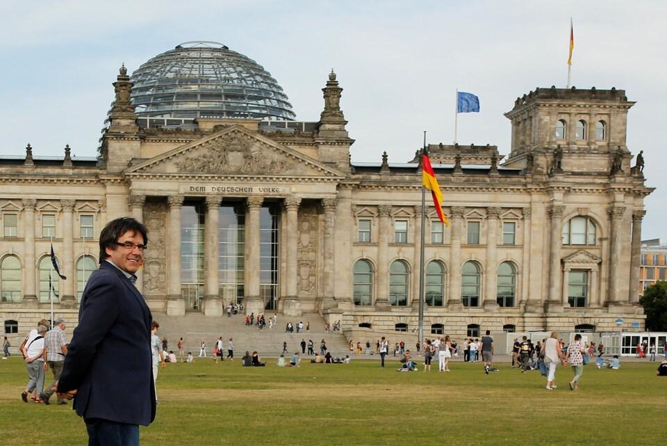Un homme devant le parlement allemand.