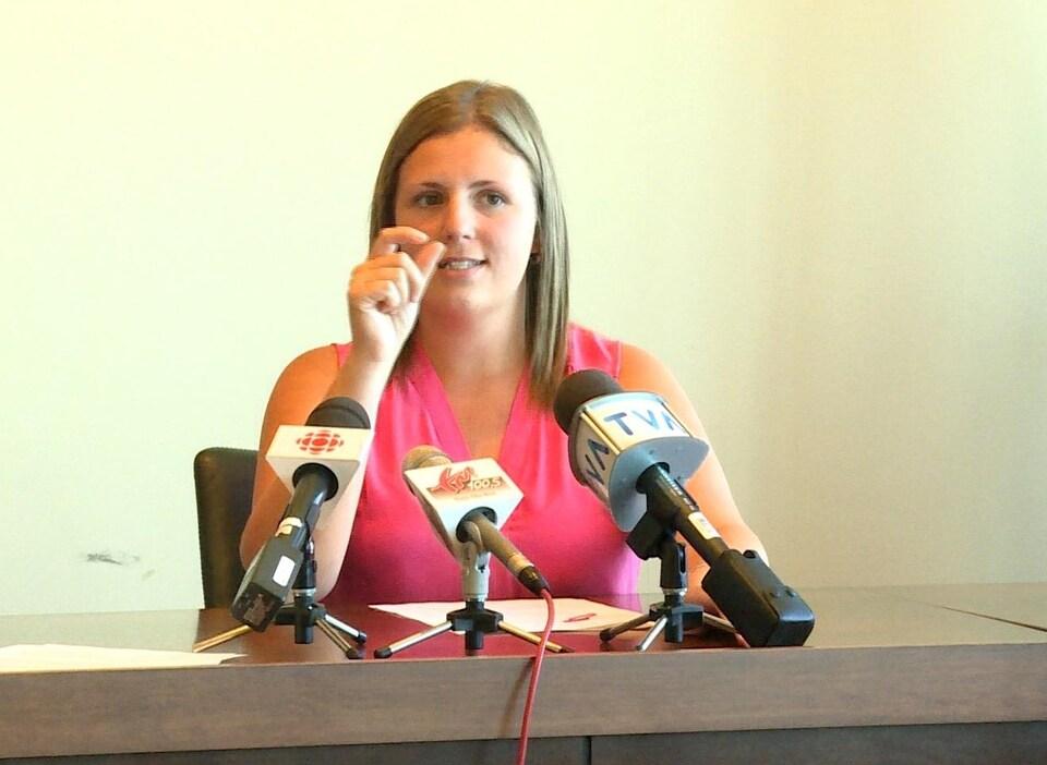Emmy Foster s'adresse aux représentants des médias lors de la conférence de presse.