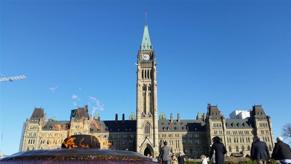 Des gens sur la colline du Parlement, à Ottawa