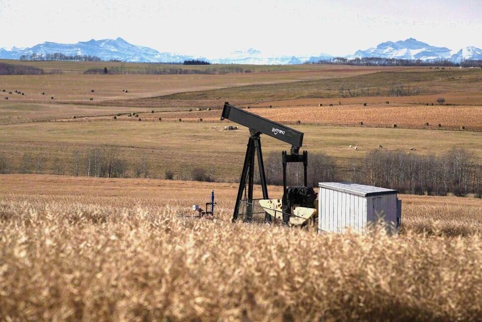 Un chevalet de pompage près de Cremona, au sud de l'Alberta.