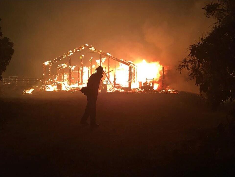 Un feu de forêt détruit une structure à Goleta, en Californie, le 6 juillet 2018.