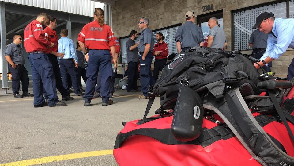 Des pompiers forestiers se rendaient en Colombie-Britannique en juillet.