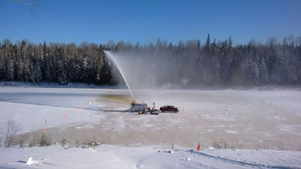 un gros canon lance de l'eau dans les airs sur un plan d'eau gelé