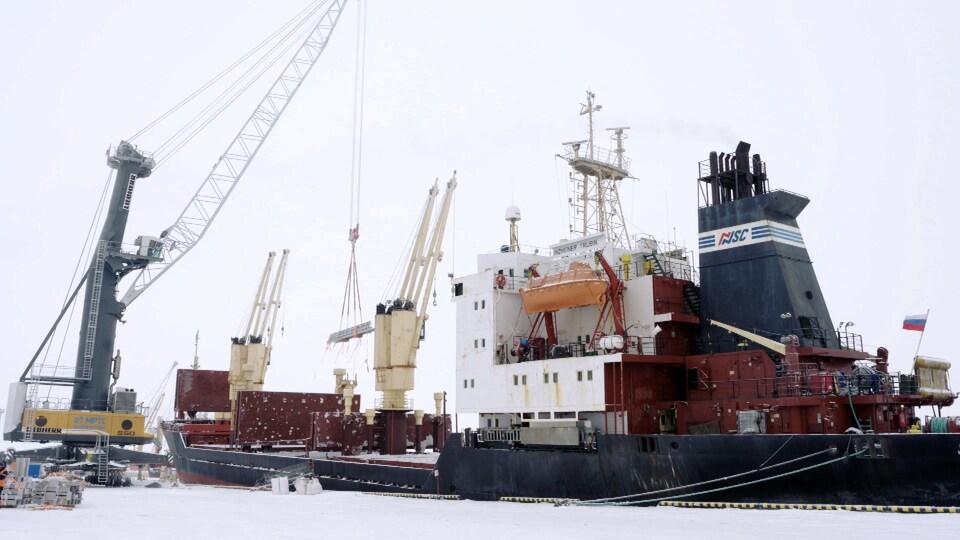 Un bateau accosté au quai de Sabetta