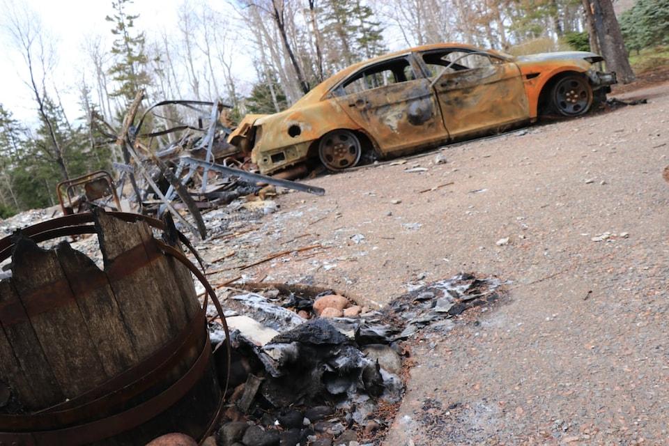 Les restes d'une voiture calcinée.