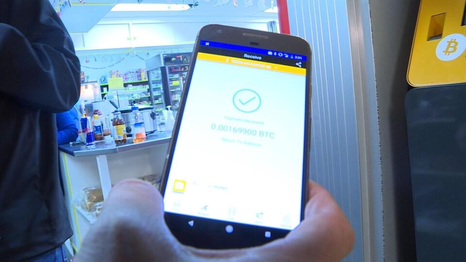 Des bitcoins dans un portefeuille virtuel, sur un téléphone intelligent