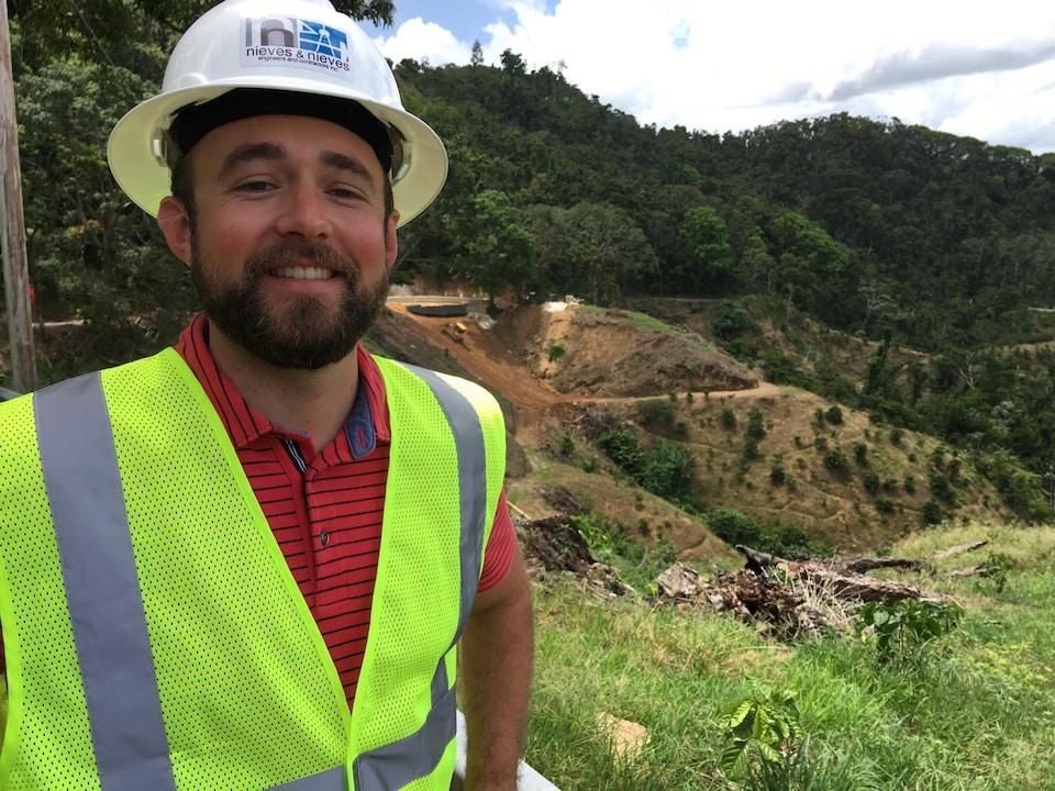 Omar Bengochea près du chantier de construction.