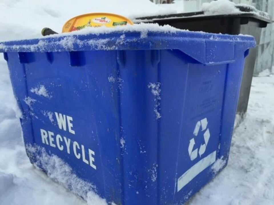 Une poubelle bleue de recyclage.