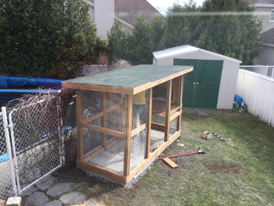 Une construction en bois avec un toit.