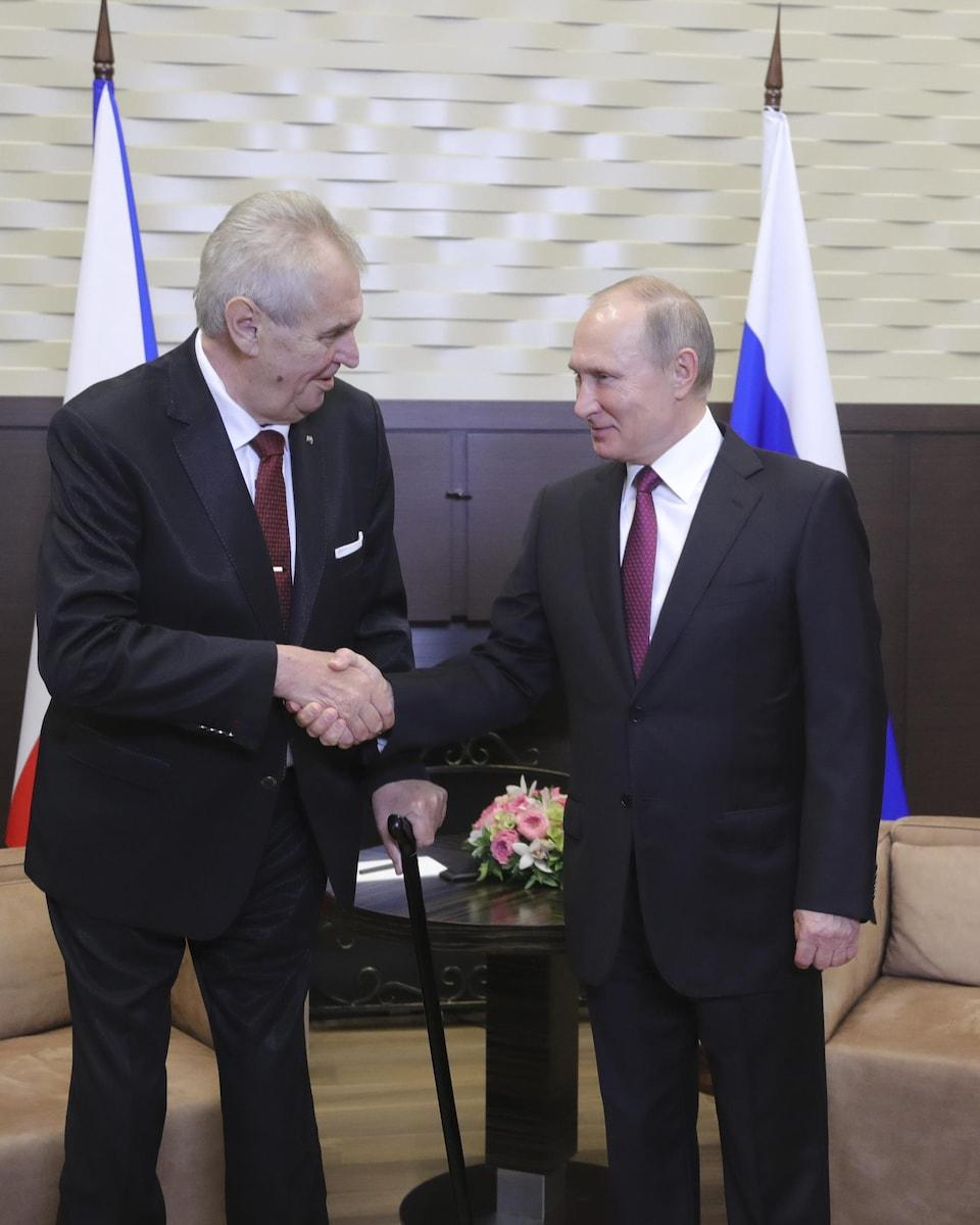 Les deux présidents se serrent la main.
