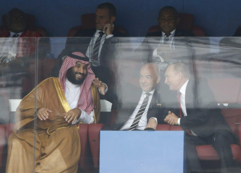 Le président russe Vladimir Poutine (à droite) a regardé le match entre la Russie et l'Arabie saoudite en compagnie du président de la FIFA, Gianni Infantino (au centre), et du prince héritier d'Arabie saoudite, Mohammed ben Salmane (à gauche).