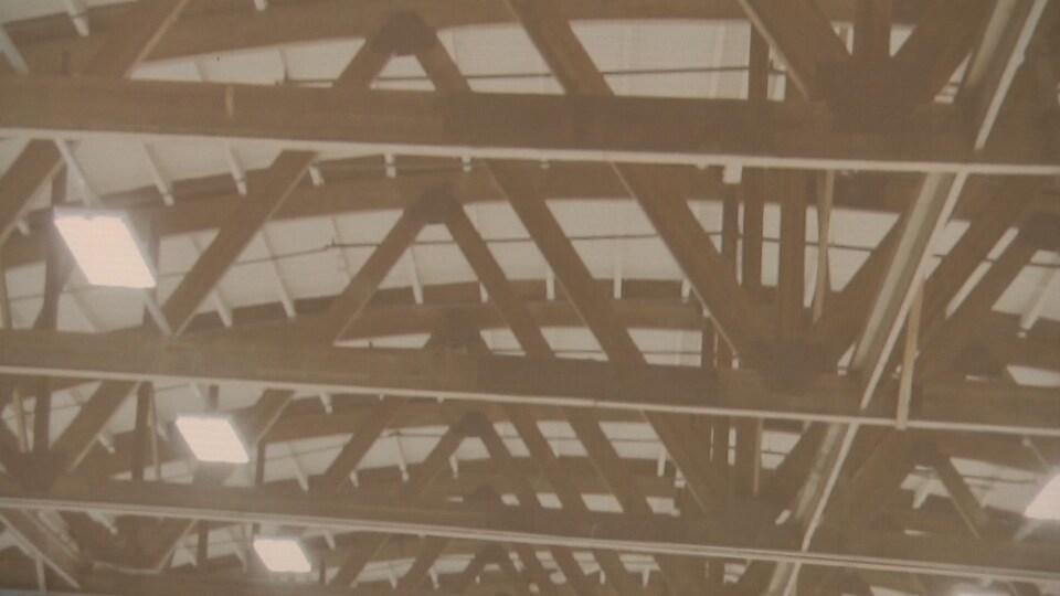 Une photographie de la structure de bois soutenant le toit de l'aréna Jacques-Côté