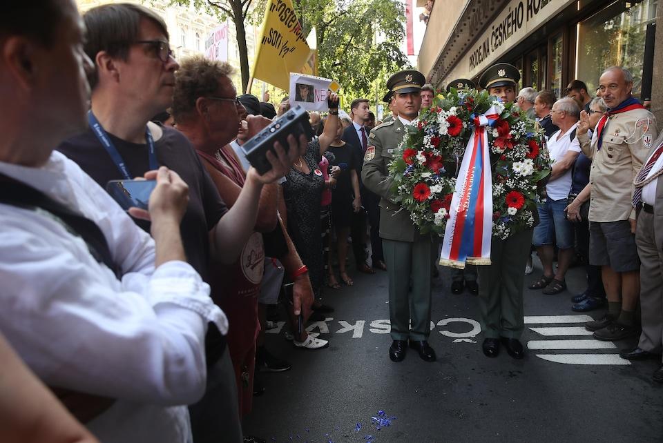 Une garde d'honneur devant des manifestants à Prague