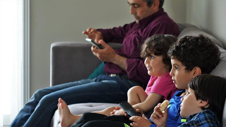 Les enfants assis sur un canapé.