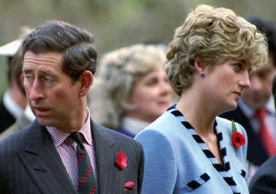 Le prince Charles et la princesse Diana regardent dans des directions opposées lors d'une commémoration de la guerre de Corée.