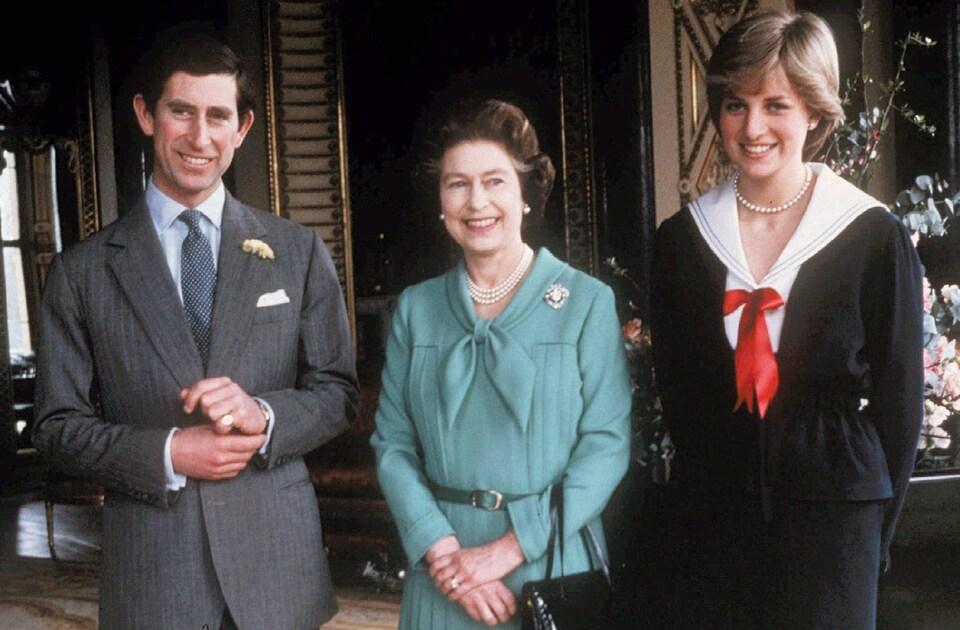 Le prince Charles, sa mère la reine Élisabeth II et la princesse Diana prennent la pose pour une photo au palais de Buckingham en 1981.