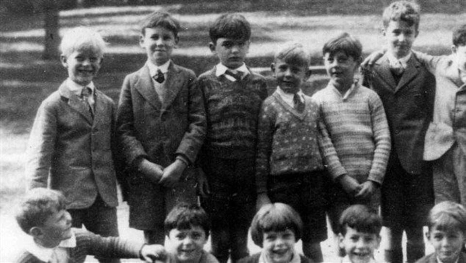 Le prince Philippe et des compagnons de classe.
