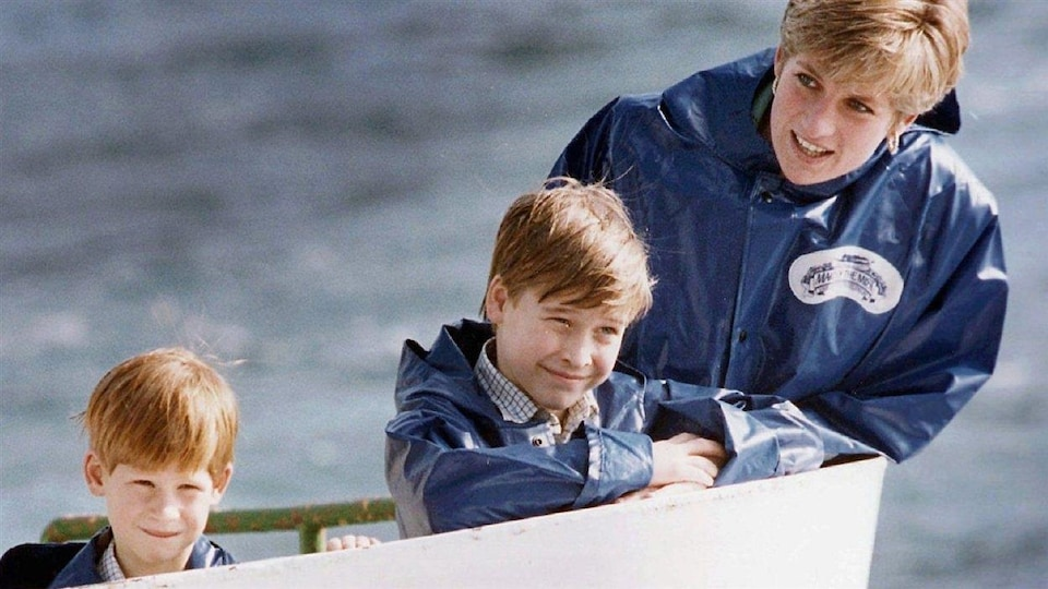 Diana en train de parler à ses deux fils, enfants