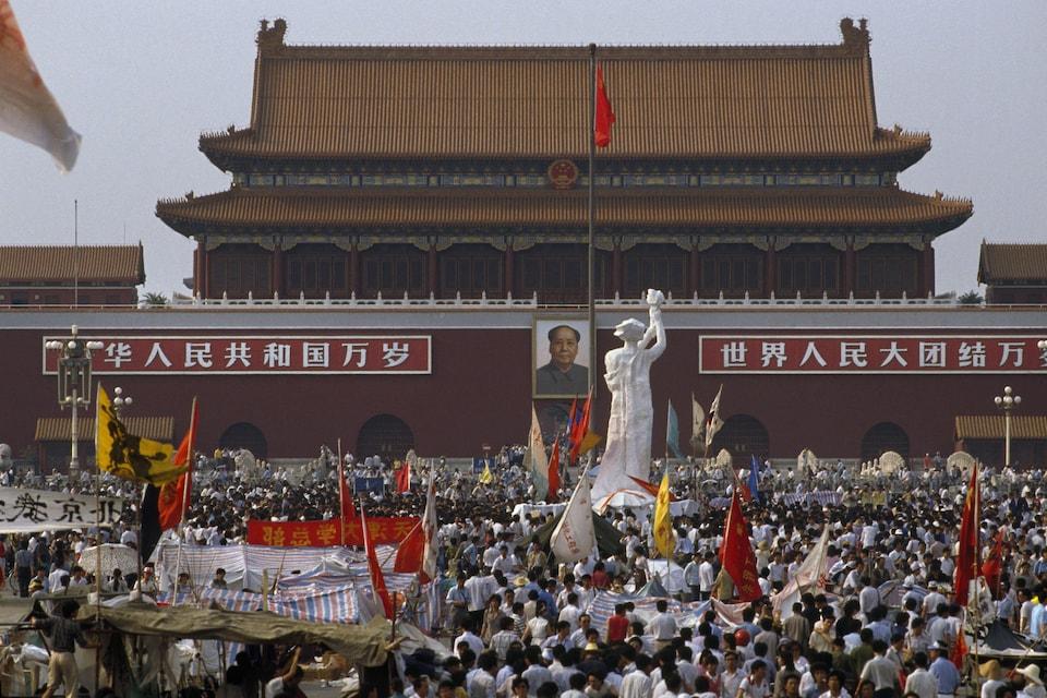La statue est placée devant le portrait de Mao Zedong.