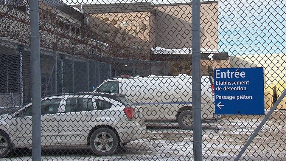 Des véhicules sont stationnés à l'entrée du centre de détention de Baie-Comeau