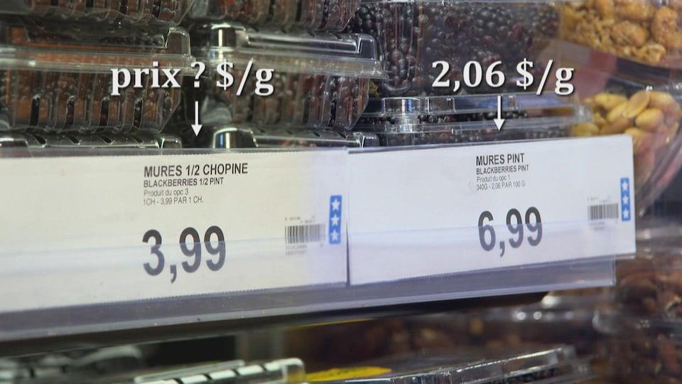 On voit des barquettes de mûres au supermarché. Le prix est affiché devant.