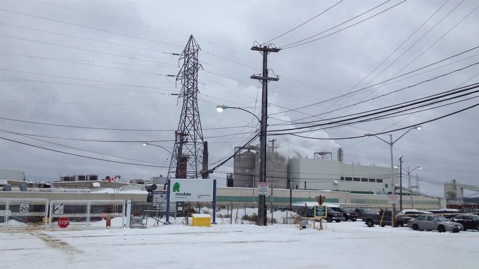 La façade d'une usine l'hiver