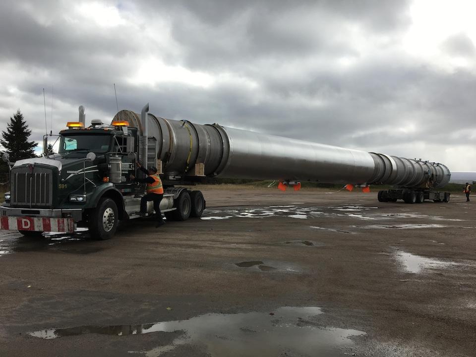 Un camion transporte une tour.