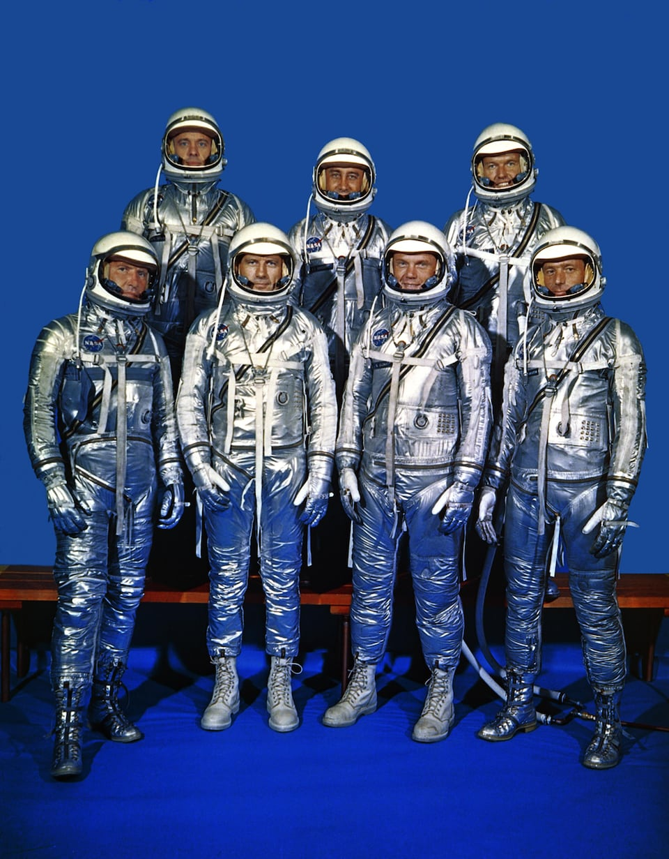 Première rangée : Walter M. Schirra, Donald K. Slayton, John H. Glenn, Scott Carpenter. Deuxième rangée : Alan B. Shepard Jr., Virgil I. Grissom et Gordon Cooper.