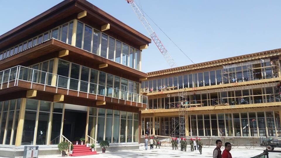 Des édifices de service en bois en construction en Chine