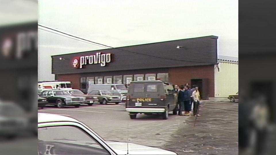 Provigo, voiture de la Sûreté du Québec dans un stationnement