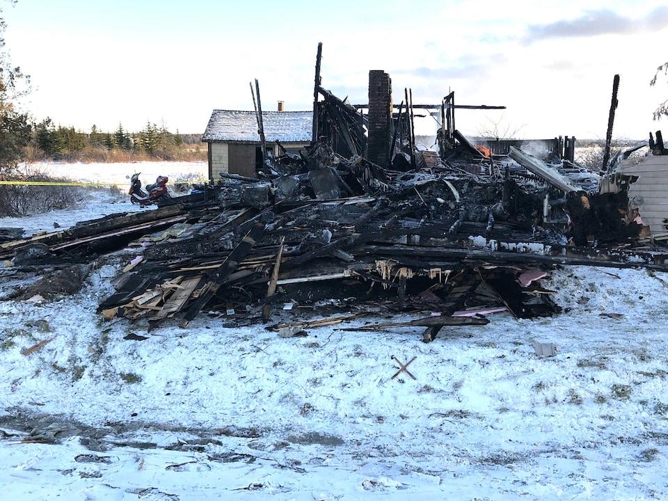 Les restes de la résidence incendiée.