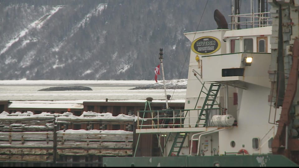 Un gros bateau est amarré au quai.