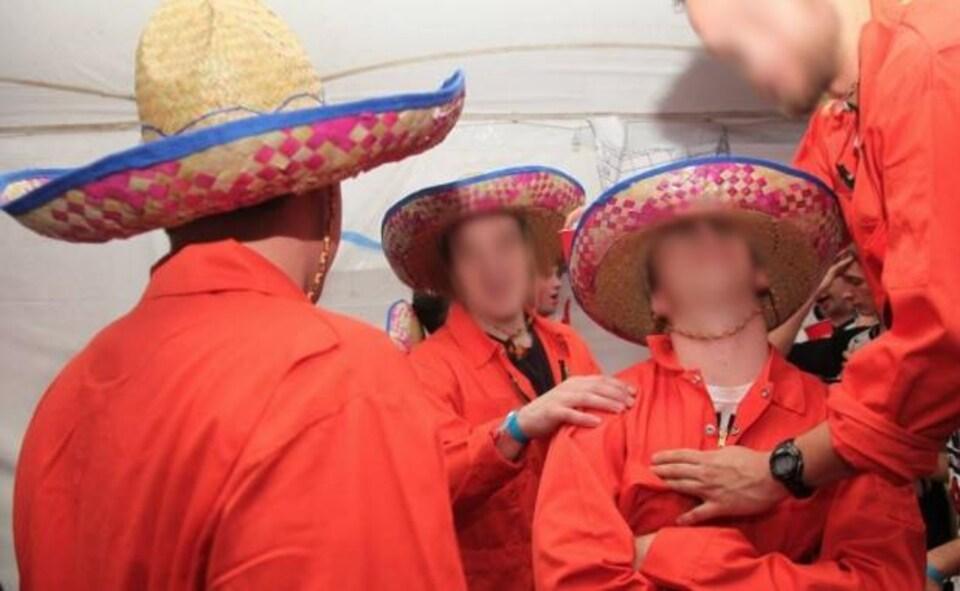 Photo d'étudiants qui semblent être déguisés en membres d'un groupe de musique mexicain.