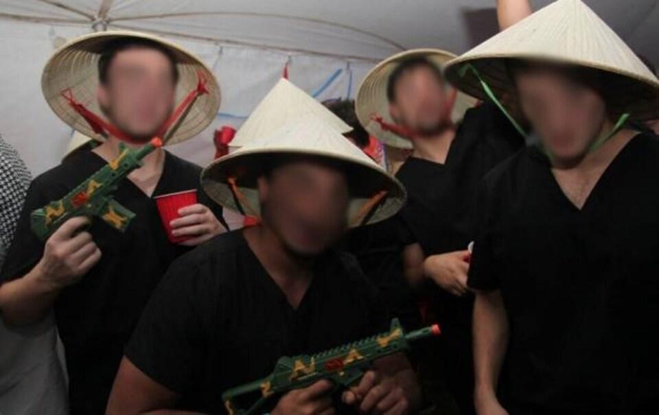 Photo d'étudiants déguisés en soldats communistes vietnamiens